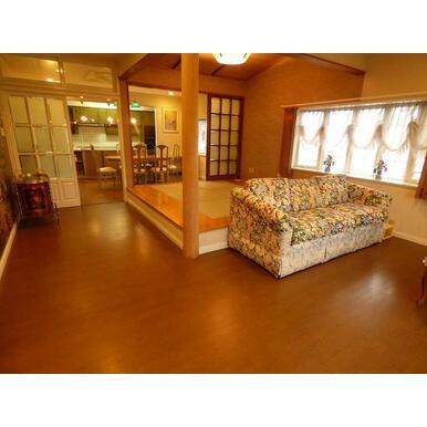 1階リビングは約13.7帖あり、畳スペース(約4.5帖)があります。
