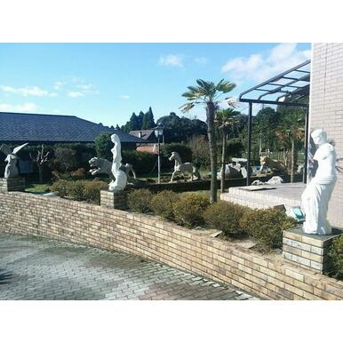 庭園にはオブジェが建ち並んでおり、素敵な空間が演出されています。