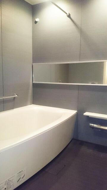 浴室換気乾燥機付き浴室。ランドリーパイプもあり悪天候時などの洗濯物などを干しておくことができます。