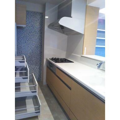 明るいカウンターキッチン。食器棚も収納たっぷり。