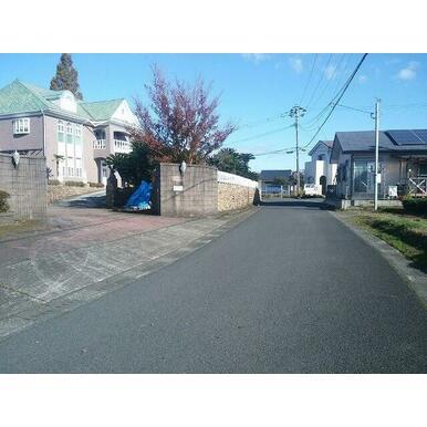 前面道路は霧島市道です。道路幅員は約5mです。