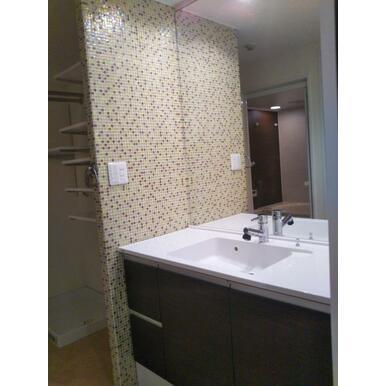 洗面室も収納豊富。100㎡超ならではの贅沢なスペースです。