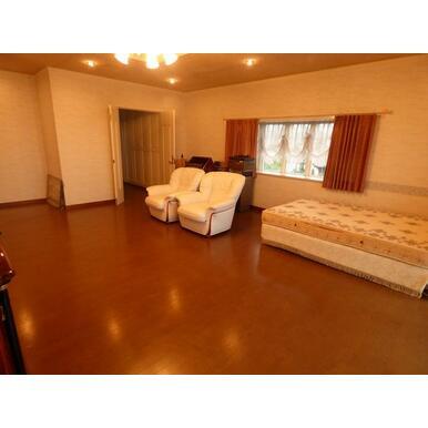 2階洋室(2)の奥には約4.5帖のウォークインクローゼットがあります。