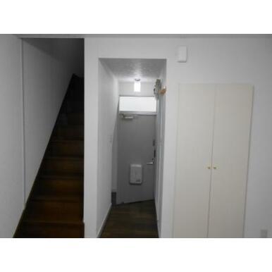 1階居室から玄関側 左側階段 右側靴収納