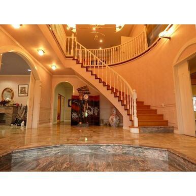 玄関ホールは開放感があり、大理石で仕上げた美しい床と、幅1m以上の螺旋階段が高級感を演出しています。