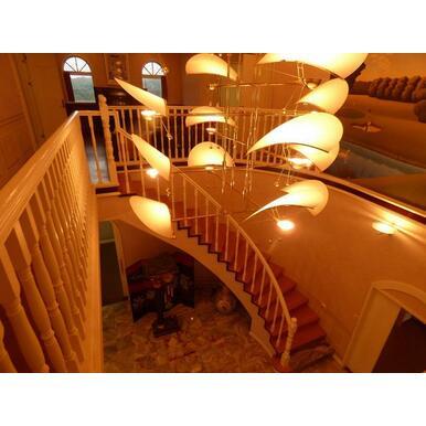螺旋階段は幅約1mと広く、階段上には高級感のある照明があります。