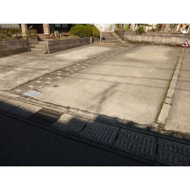 敷地内に縦列にて2台駐車可能です。(幅:約2.8m、奥行き約10m)