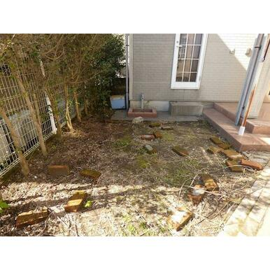 玄関横の庭の状況です。