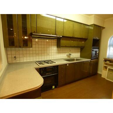 L字型システムキッチン、調理しやすいスペースが確保されています。