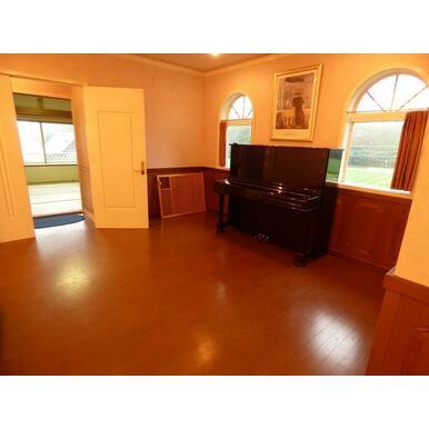 2階ギャラリーホールにはピアノが配置されています。