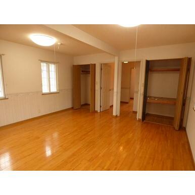 2階洋室(約12.5畳)は壁を新設することで、区割りが出来ます。(別途工事が必要です。)