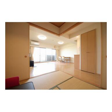 リビング横には和室6畳が続いています。普段、引き戸を開けておけば、広い空間で利用できます。