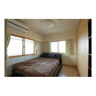 西面の高窓と北面の高窓から、2面採光がとれる約6.5帖の洋室です。