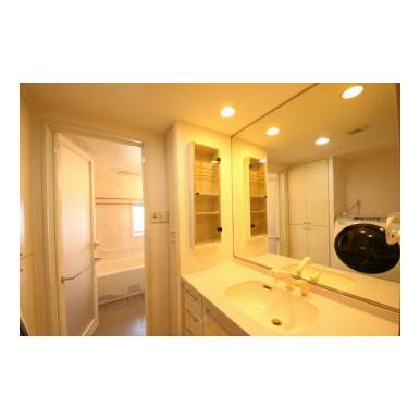 大きめの洗面台はヘアーセットなど、朝一の慌ただしい時間でも広い空間でゆとりを感じて頂けます。