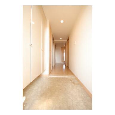 お客様をお出迎えする玄関は収納も豊富ですっきりした印象を与えてくれます。