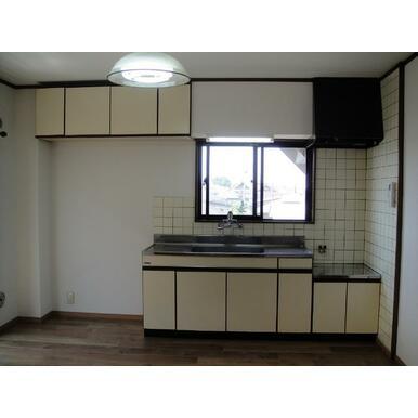 キッチンの上にも収納があります。窓もあり。料理がしやすいゆったりキッチン。