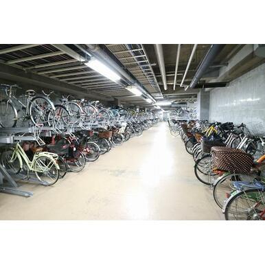 マンション地下1階、屋内にある駐輪場