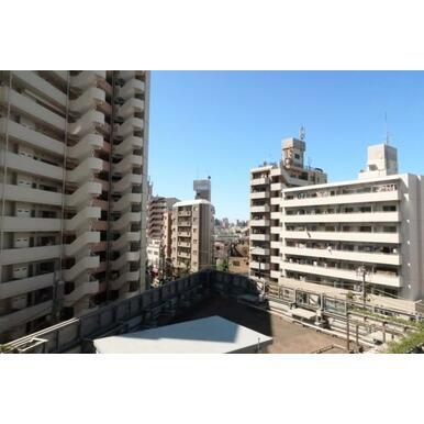 植栽豊かなマンション3階・屋上緑化スペース