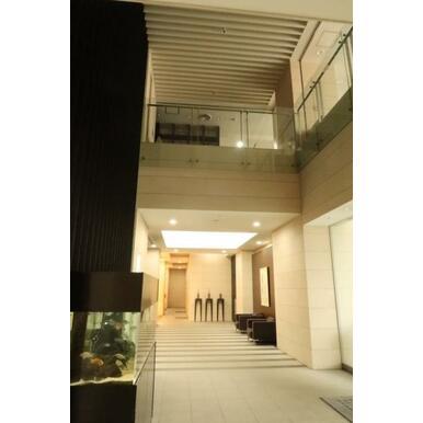 吹抜け構造のエントランスホール、2階にはライブラリーのあるラウンジ