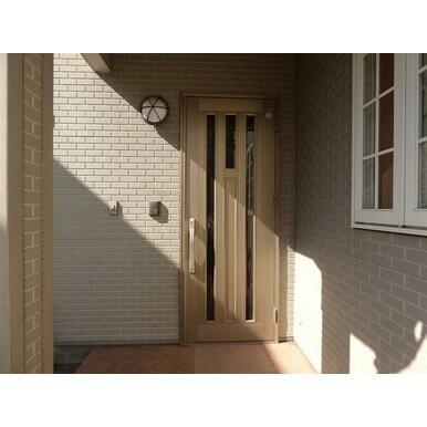 玄関扉はダブルロック仕様です。