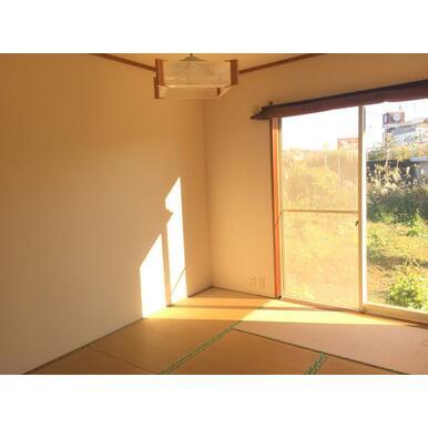 和室6帖。陽当たり良好。(こちらは別部屋の写真です。105号室は東側にも窓がございます。)