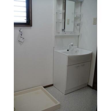 室内洗濯機置場の上にも窓があります 独立洗面台も綺麗です