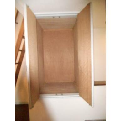 2階収納ちょうど階段上に設置されてます