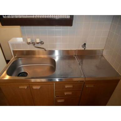 キッチン コンパクト設計でお掃除楽々