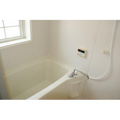 ホワイト系の清潔感のあるお風呂!換気に便利な小窓有!