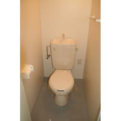 使いやすいリビング入口付近にあります。温水洗浄便座つけます!