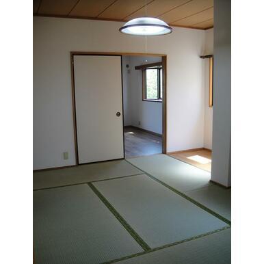 ダイニングキッチン、和室、洋室が続いています。