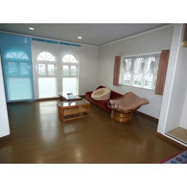 2階洋室(1)は2面にクローゼットがあり収納性に富んでいます。