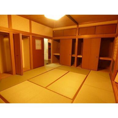 1階の和室は充実した収納があり、床の間、縁側があります。