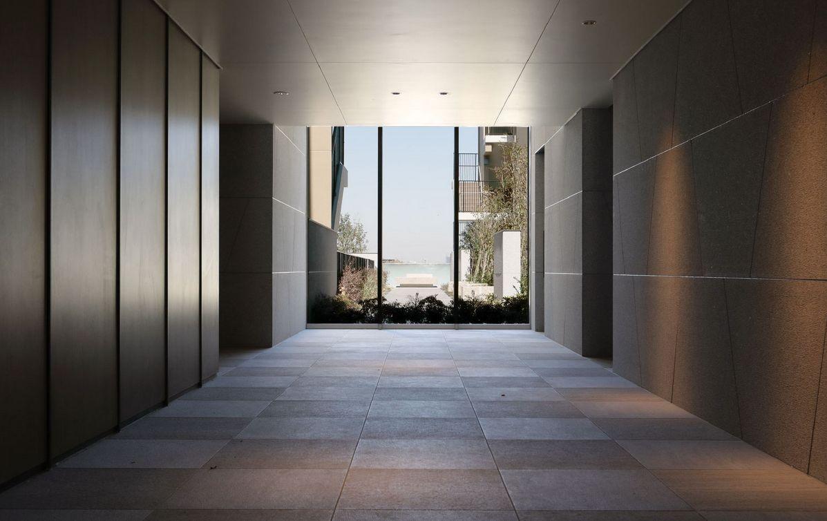 エントランスホール<br /> 中庭の開放感を取り込んだエントランスホール