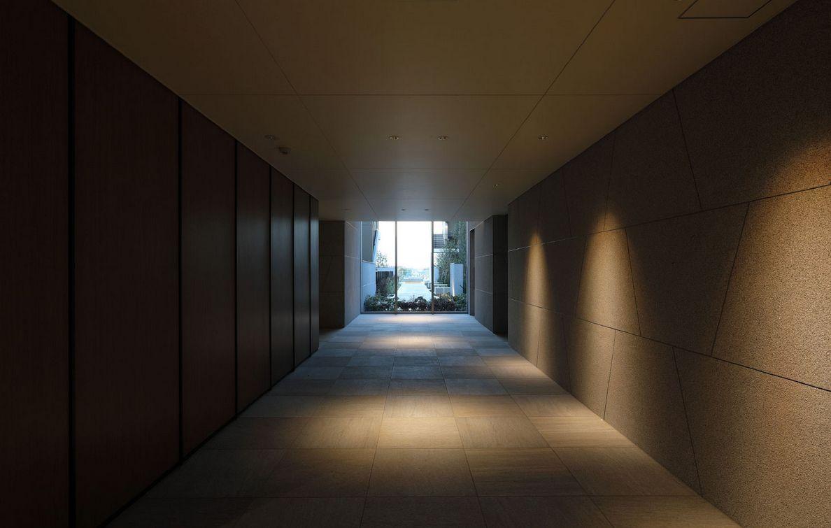 エントランスホール<br /> ダウンライトが静けさを醸し出す共用空間
