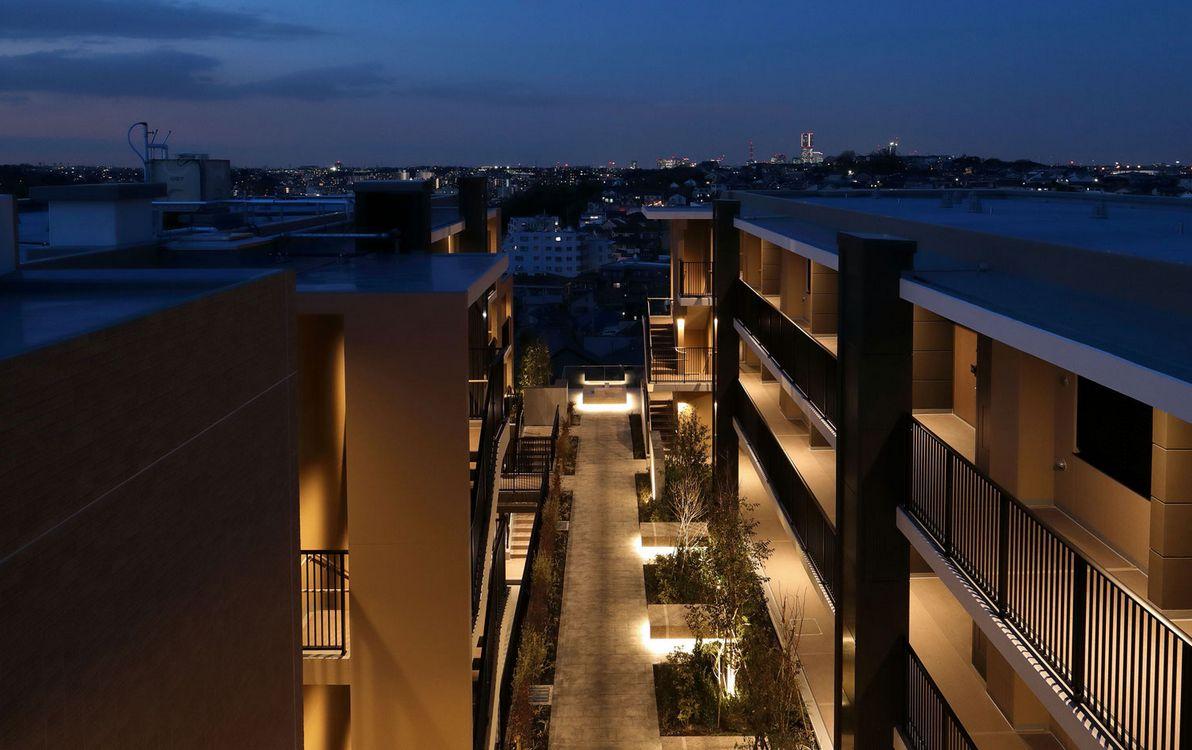 中庭<br /> 伸びやかな空と眺望が広がる高台の邸宅