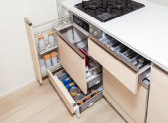 【ソフトクローズ機能付きスライド収納】  キッチン用品の出し入れがしやすい  ※シンク下部は開き扉収納となります。