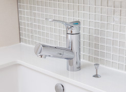 【引出式シングルレバー混合水栓】  水量や湯温の調整がしやすい