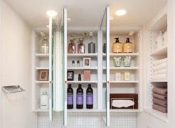 【三面鏡裏収納】  洗面用具などを機能的に収納できる