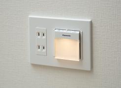 【廊下フットライト・保安灯】  停電時に自動点灯し足元を照らす