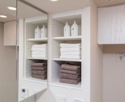【洗面室上部可動棚】  洗濯用品やタオル類の収納に便利