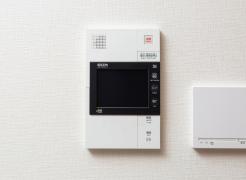 【カラーモニター付インターホン】  来訪者を画像と音声で確認できる  ※エントランスで画像と音声、玄関前では音声のみとなります。
