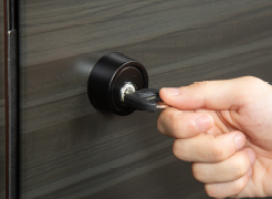 【警備信号錠】  玄関の施錠と防犯システムをセットできる